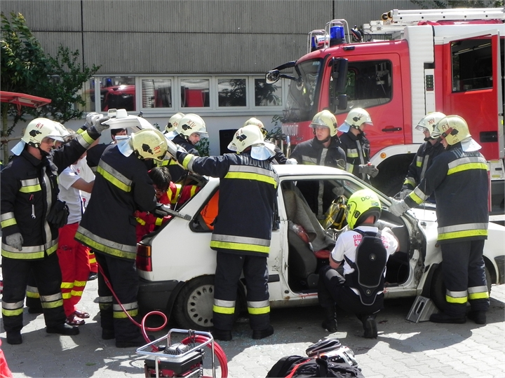08-TWC-2011-TETRA-Forum-Hungary-Live-Demonstration-Car-passangers-rescue