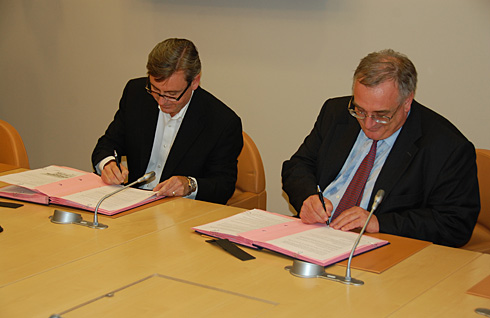 Prezes i dyrektor ds. przedsiębiorczości i sektorów strategicznych Alcatel-Lucent, Tom Burns i dyrektor generalny Cassidian Systems, Cassidian, Hervé Guillou (c) Cassidian