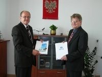 TETRA-na-lotnisku-Rzeszow-Stanislaw-Nowak-Prezes-Zarzadu-Lotniska-Dariusz-Adamczyk-Aksel-podpisanie-umowy-small.JPG