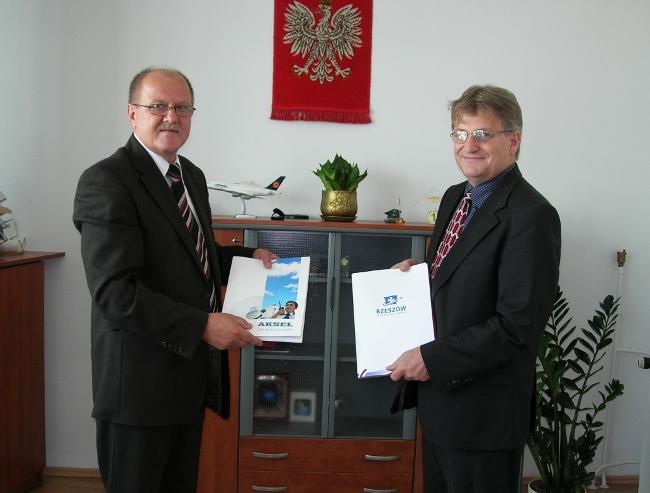 Na zdjęciu od lewej: Stanisław Nowak Prezes Zarządu Lotniska Rzeszów-Jesionka oraz Dariusz Adamczyk Wiceprezes Aksel Sp. z o.o.