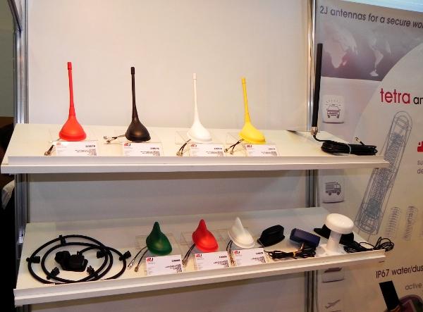 Różnokolorowe antenny TETRA firmy 2J zaprezentowane podczas TETRA World Congress 2011