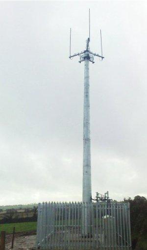Przykładowa stacja bazowa Motorola TETRA z widocznymi trzema antenami dookólnymi 1 TX/RX i 2 x RX