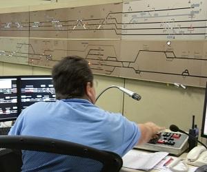 Supervia - ośrodek nadzoru ruchu, w prawym dolnym rogu widoczny radiotelefon TETRA