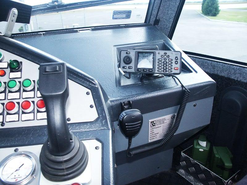 Radiotelefon TETRA Cassidian TMR880i zainstalowany w wozie straży pożarnej na Lotnisku w Rzeszowie
