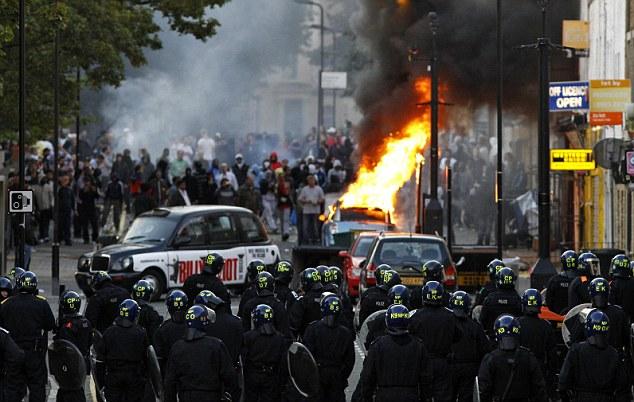 brytyjska-policja-w-starciu-z-huliganami-w-londynie-sierpien-2011.jpg