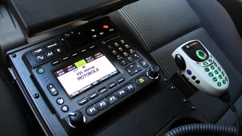 07-Centralna-konsola-sterowania-systemami-w-radiowozie.jpg