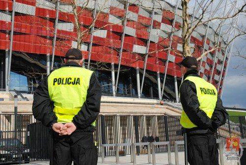 Policja-przed-stadionem-narodowym-Euro-2012-small.jpg