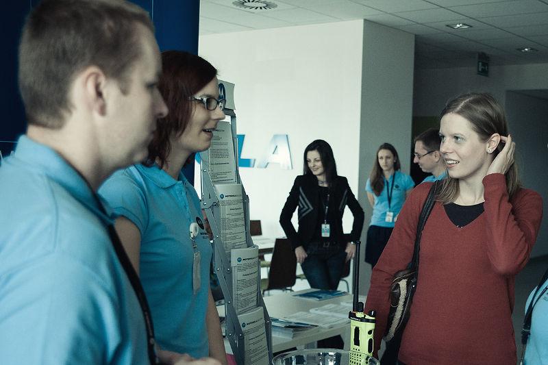 """Odwiedzający Motorola Open Day mieli możliwość poznania firmy """"od wewnątrz"""" dzięki rozmowie z pracownikami i udziałowi w przygotowanych atrakcjach."""