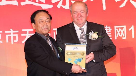 Przekazanie nagrody podczas obchodów 10 rocznicy