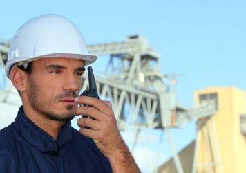 Australijski pracownik kopalni z radiotelefonem