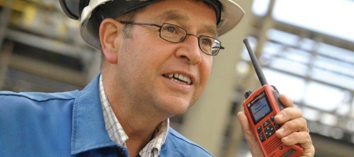 Koordynator fabryki SABIC z radiotelefonem Motorola