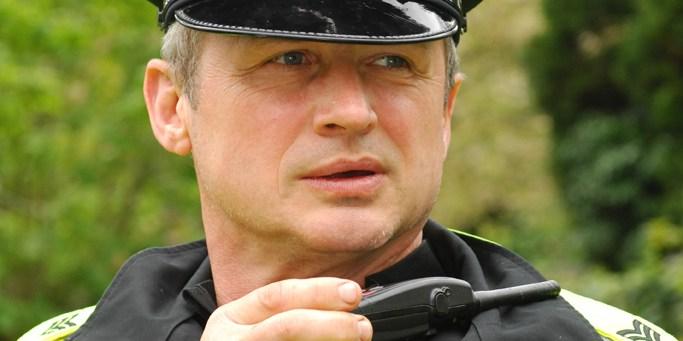 Brytyjski funkcjonariusz z radiotelefonem