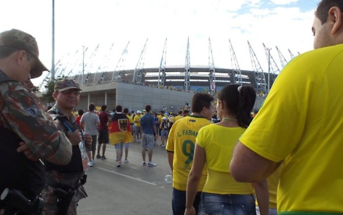 Funkcjonariusze brazylijskiej policji przy stadionie