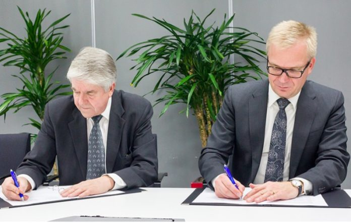 Dyrektorzy Suomen Erillisverkot i Airbus Defence and Space podczas podpisywania umowy