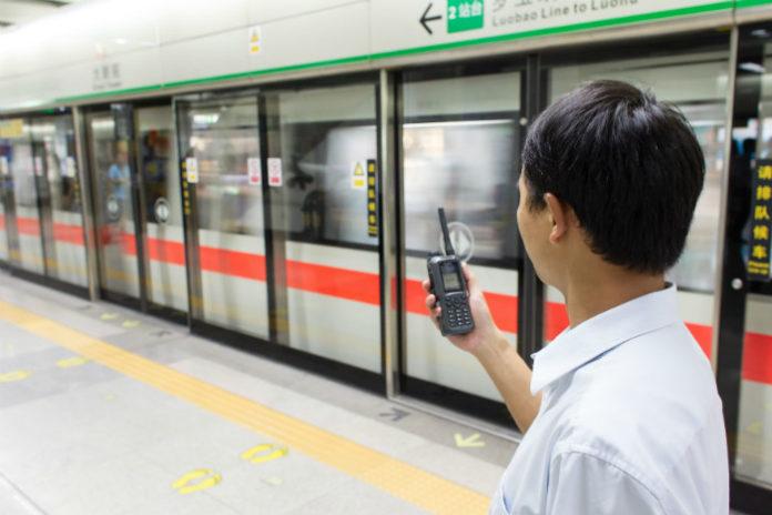 Radiotelefon THR8 w użytku na stacji chińskiego metra
