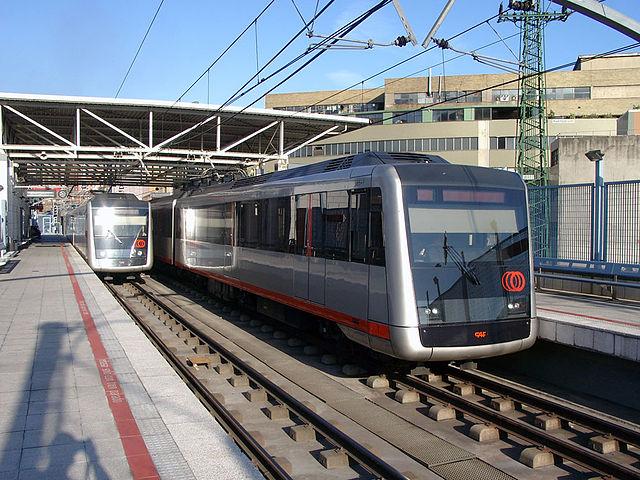 Pociągi metra na stacji Bouleta w Bilbao