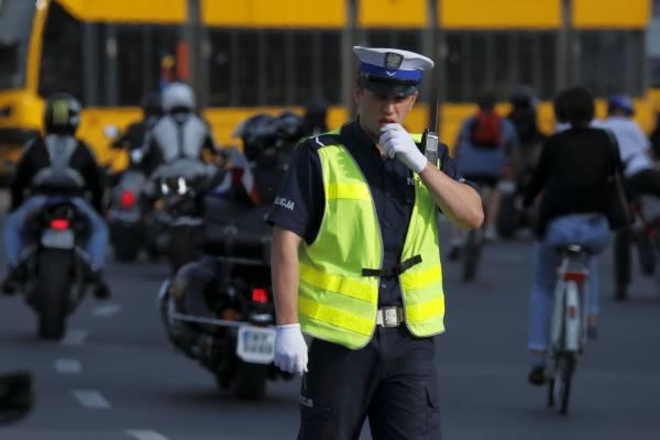policjant-kieruje-ruchem-radiotelefon-TETRA-Motorola