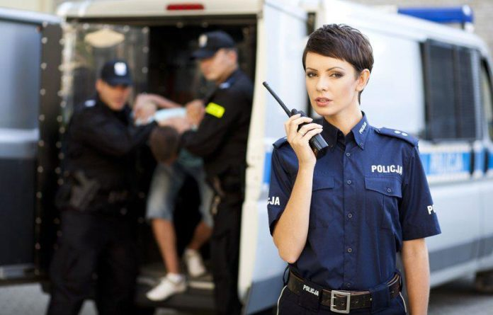 policjantka-z-radiotelefonem