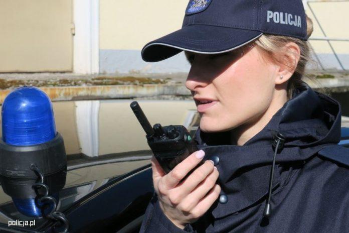 policjantka-policja-radiotelefon-TETRA-lacznosc-radiowa.jpg
