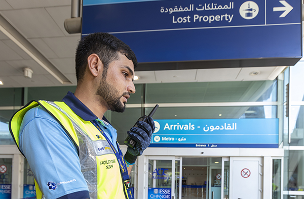 Dubai-airport-trolley-staff-with-TETRA-radiotelefon-Airbus