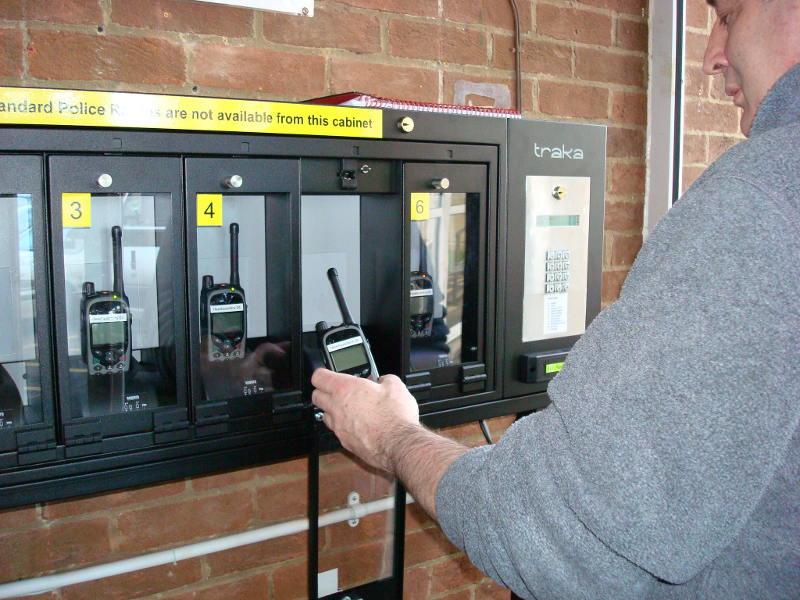 Inteligentny system szafek TRAKA z radiotelefonami TETRA Airwave Solutions